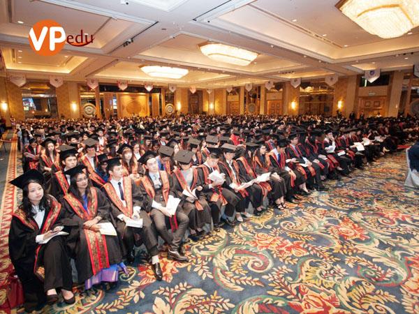 Sinh viên Đại học Help trong lễ tốt nghiệp