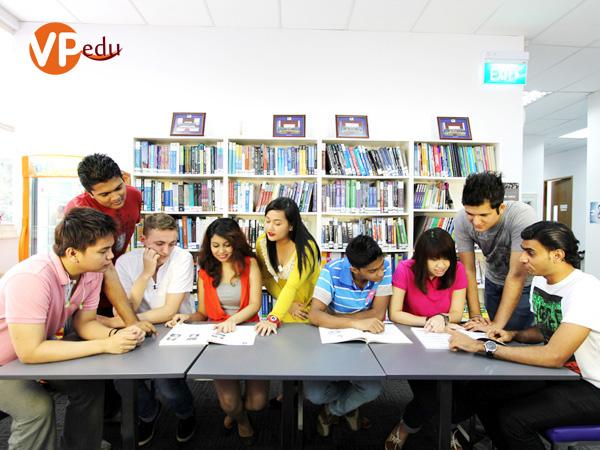 Sinh viên Học viện SDH đang thảo luận chương trình học trước khi lên lớp
