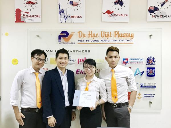 Đại diện Đại học APU trao chứng nhận đại điện chính thức tuyển sinh chính thức cho Du học Việt Phương