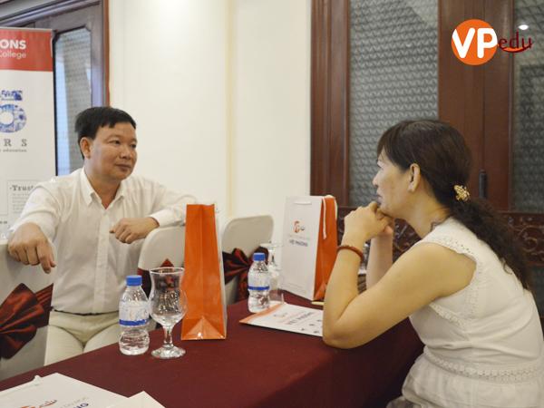 Giám Đốc Du học Việt Phương hỗ trợ phụ huynh học sinh về cuộc sống sinh hoạt và học tập tại Singapore