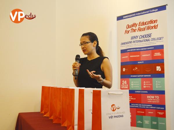 Ms Thanh Tâm - Đại diện trường Dimensions đang giới thiệu các ngành học tại trường