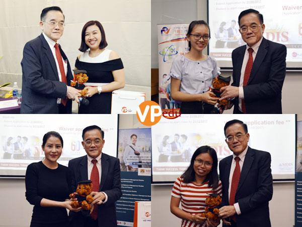Các sinh viên may mắn nhận được những món quà lưu niệm từ Hiệu trưởng trường MDIS Singapore