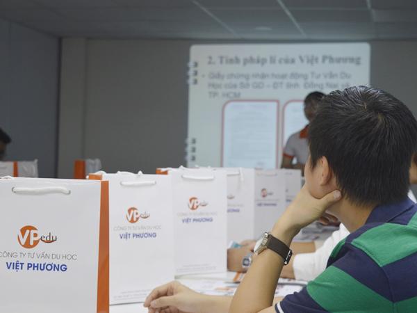 Sinh viên đang lắng nghe những thông tin về Công ty Du học Việt Phương