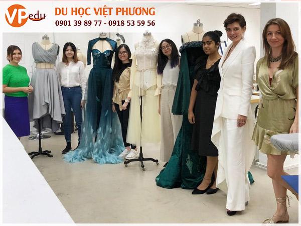 Các sinh viên tại MDIS trong trang phục trình diễn: cơ hội trải nghiệm thực tế