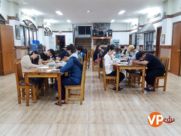 Các bạn học viên đang làm bài kiểm tra từ vựng vào mỗi buổi tối.
