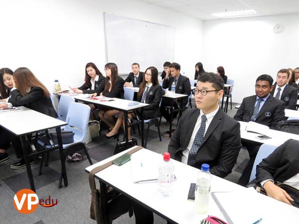 Sinh viên học chương trình học du lịch khách sạn liên kết với Đại học Vatel Pháp tại Học viện SDH Singapore