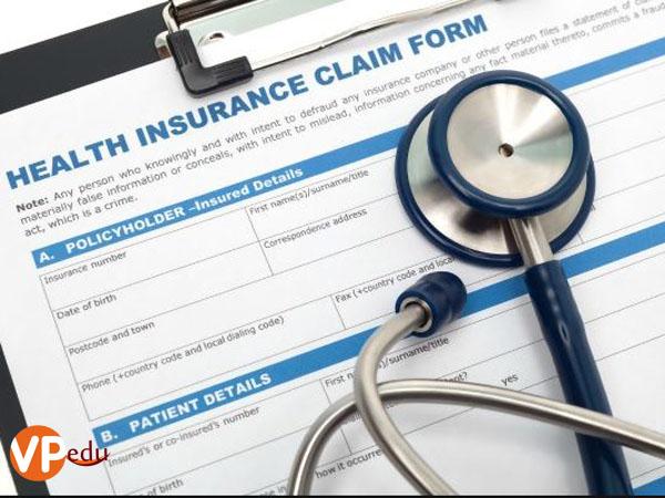 bảo hiểm mà sinh viên quốc tế bắt buộc phải tham gia là bảo hiểm y tế và bảo hiểm học phí.