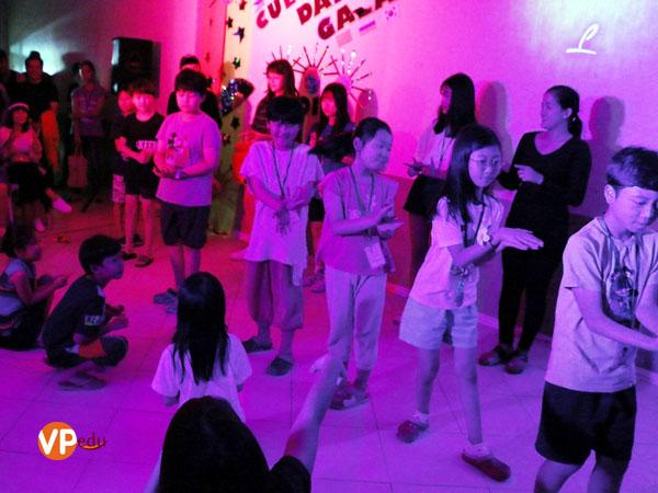 Học viên nhí Philinter tham gia với điệu nhảy Chicken Dance
