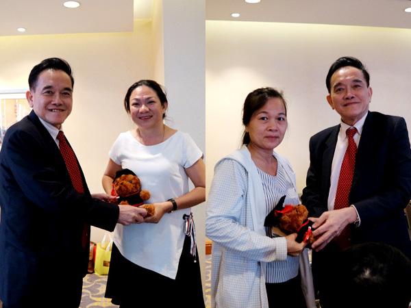 Các Phụ huynh - Học sinh may mắn nhận được những món quà lưu niệm từ Hiệu trưởng trường MDIS Singapore