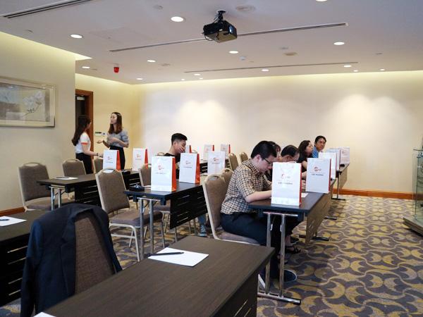 Những Phụ huynh - Sinh viên đầu tiên đang ghi danh vào tham dự hội thảo