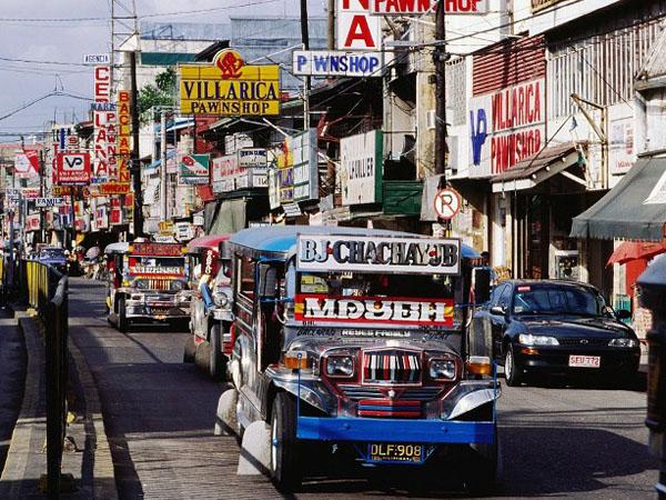 Những chiếc xe Jeepney nổi tiếng của thành phố, đảm bảo đường của thủ đô không bao giờ buồn tẻ.