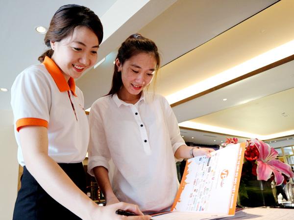 Những sinh viên đầu tiên đang ghi danh vào tham dự hội thảo