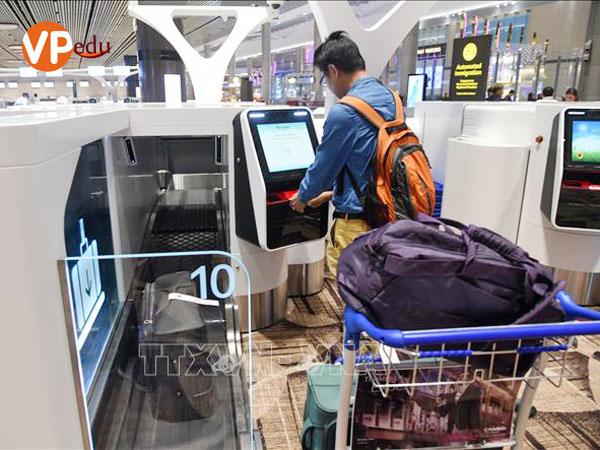 Hành khách làm thủ tục check-in bằng máy tự động tại sân bay quốc tế Changi ở Singapore