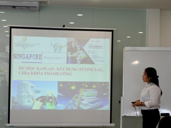 Đại diện Du học Việt Phương giới thiệu về dịch vụ ưu việt của công ty