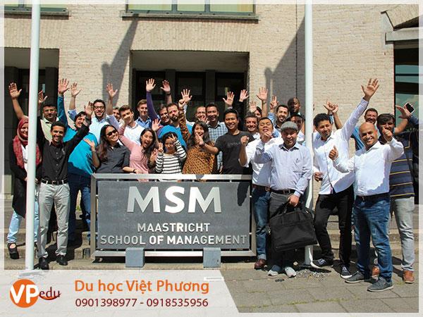 Đội ngũ giảng viên và sinh viên Trường Maastricht School of Management