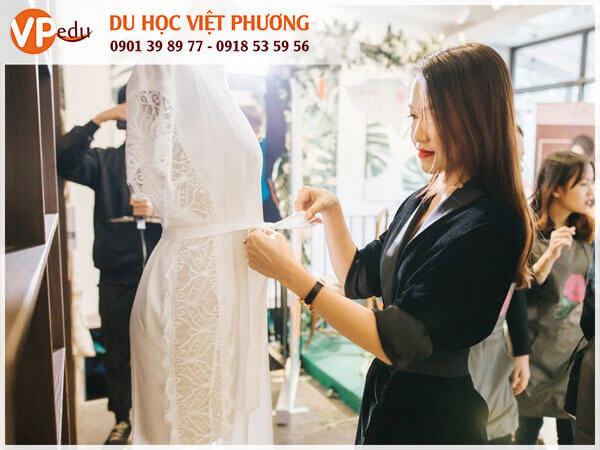 """Thùy Trang - CEO của hãng thời trang """"triệu đô"""" Emwear"""