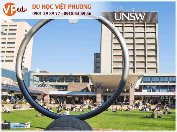 Trường là một trong 100 trường đại học hàng đầu trên thế giới, với hơn 59.000 sinh viên theo học và 7.000 sinh viên nghiên cứu. Nằm trong top 8 trường đại học ưu tú của Úc (Group of Eight)